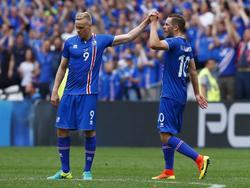 Kolbeinn Sigþórsson (izq.) felicita a Gylfi Sigurðsson (dcha.) tras su gol. (Foto: Getty)