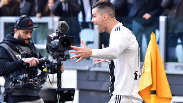 Cristiano celebra con sus compañeros su doblete. (Foto: Getty)