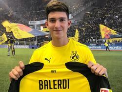 Balerdi posa con su nueva camiseta del Dortmund. (Foto: Getty)