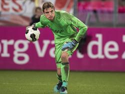 Tim Krul krijgt speelminuten tijdens het competitieduel Jong FC Utrecht - Jong Ajax (21-11-2016).
