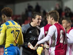 Norbert Alblas (m.) feliciteert Carel Eiting (r.) na de wedstrijd tegen RKC Waalwijk. Met twee doelpunten droeg de middenvelder bij aan de 4-1 overwinning. (03-02-2017)