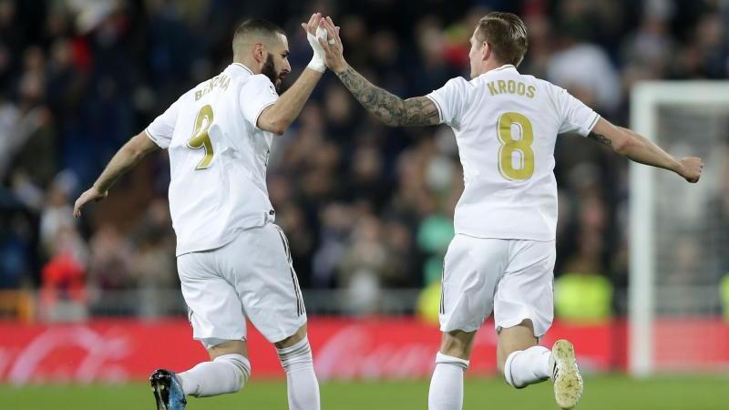 Torschütze Toni Kroos feiert sein Tor mit Karim Benzema