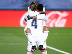 Real-Kapitän Sergio Ramos herzt Casemiro, den Torschützen zum 1:0