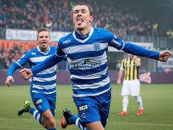 Na een kwartier spelen zorgt Thomas Lam ervoor dat er bij de wedstrijd tussen PEC Zwolle en Vitesse de 1-1 op het scorebord staat. (18-10-2015)