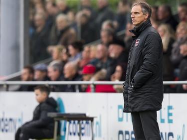 Anton Janssen staat er rustig bij tijdens de competitiewedstrijd tussen De Treffers en WKE. (20-12-2015)