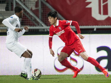 Door blessures en het feit dat trainer Alfred Schreuder spelers spaart, krijgt Ryo Miyaichi (r.) weer eens speelminuten in het eerste elftal van FC Twente. Hier gaat de huurling het duel aan met Georginio Wijnaldum. (04-04-2015)