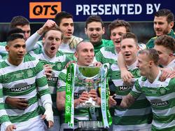 Celtic-Kapitän Scott Brown mit dem Pokal und seinen Teamkollegen