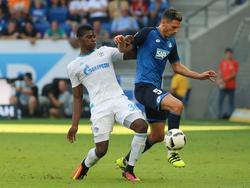 Fabian Schär (r.) vecht een duel uit met Breel Embolo (l.) tijdens het competitieduel 1899 Hoffenheim - FC Schalke 04 (25-09-2016).