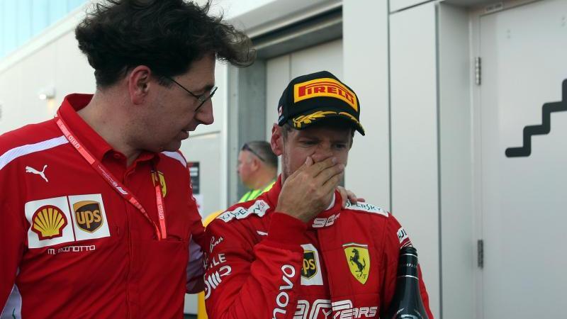 Ferrari-Teamchef Mattia Binotto (l.) erwartet kein Motivationsloch bei Sebastian Vettel (r). Foto: Photo4/Lapresse/Lapresse via ZUMA Press