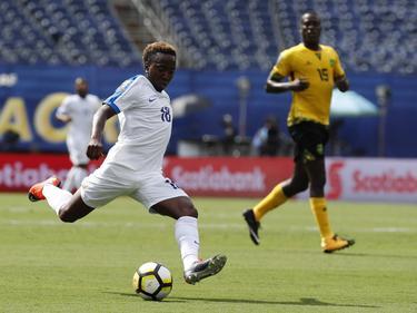 Elson Hooi (l.) neemt het doel onder vuur tijdens het duel in Gold Cup tussen Curaçao en Jamaica (10-07-2017).