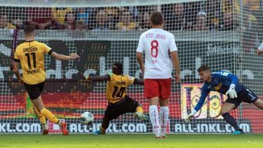 Der Dresdner Moussa Kone (2.v.l) erzielte das 1:1 gegen Jahn Regensburg. Foto: Robert Michael