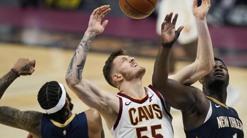 Isaiah Hartenstein (m.) von den Cleveland Cavaliers in Aktion