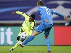 Moses Simon (l.) snelt voorbij Nicolas Lombaerts (r.) tijdens het Champions League-duel KAA Gent - Zenit St. Petersburg. (09-12-2015)