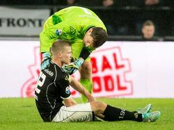Doelman Bram Castro neemt een kijkje bij Wout Droste, die geblesseerd op de grond ligt. De verdediger moet het speelveld bij PSV - Heracles Almelo al in de eerste helft verlaten. (20-02-2016)