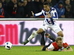 Pele van Anholt (l.) is Dirk Kuyt (r.) de baas tijdens het competitieduel Feyenoord - sc Heerenveen (28-01-2016).