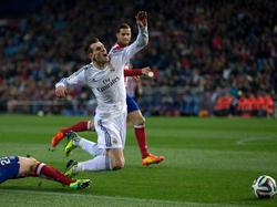 Insúa holt Bale von den Beinen