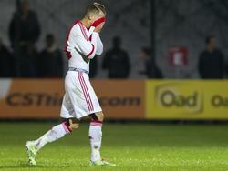 Vaclav Černý verbergt zijn gezicht in het shirt van Ajax als hij een kans heeft gemist in de Youth League. (04-11-2014)