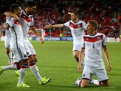 Matthias Ginter (dcha.) marcó de cabeza el 3:0 ante Dinamarca. (Foto: Getty)