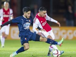 Nouri is veelvuldig aan de bal bij Jong Ajax, Tutuarima probeert de jongeling van de bal te zetten. (14-09-2015)