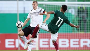 Lukas Klostermann (l.) stand als Kapitän der U21 auf dem Feld