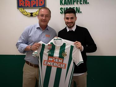 """Rapid-Sportchef Fredy Bickel freut sich über die Verpflichtung von """"Taxi"""" Fountas. © SK Rapid"""