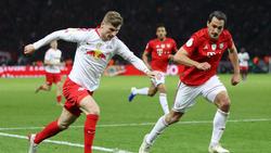 Leipzigs Timo Werner (l.) im Duell mit Mats Hummels vom FC Bayern