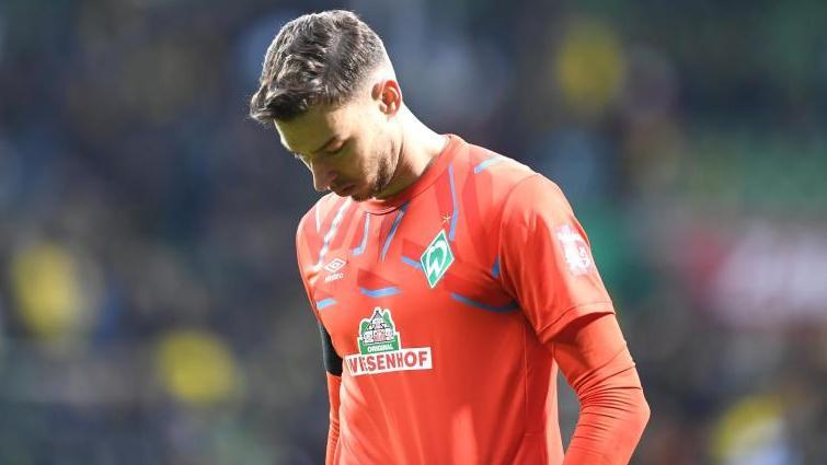 Werder Bremen muss im kommenden Heimspiel gegen Bayer Leverkusen auf Torwart Jiri Pavlenka verzichten