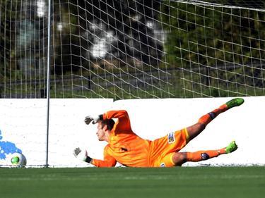 In dienst van het Noorse FK Bodø/Glimt heeft doelman Viktor Noring tegen Strømmen IF het nakijken. (22-09-2013)