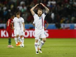 Aanvoerder Aron Gunnarsson zweept het publiek van IJsland op na de gelijkmaker tegen Portugal in Groep F op het EK. (15-06-2016)