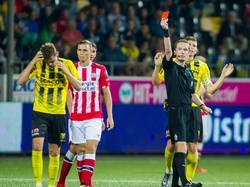 Clint Leemans (l.) wordt met rood van het veld gestuurd door scheidsrechter Ingmar Oostrom tijdens het competitieduel VVV-Venlo - Jong PSV (22-08-2016).