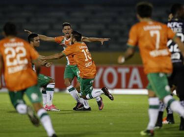 Los jugadores del Banfield celebran su primer gol ante Independiente del Valle. (Foto: Imago)