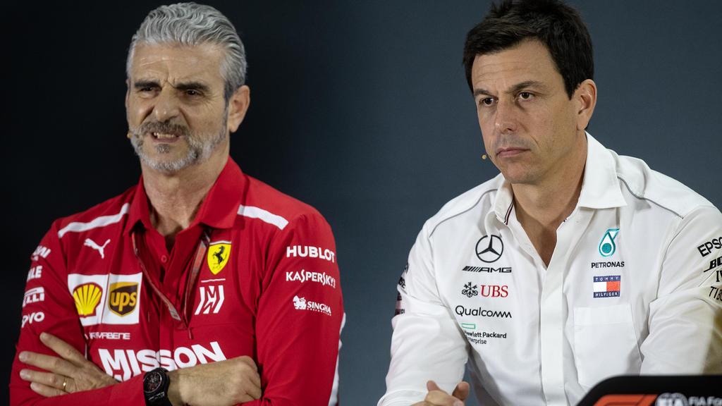 Toto Wolff (r.) weiß, dass Ferrari in keiner leichten Situation ist