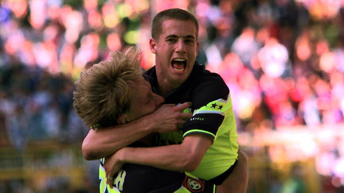 Lars Ricken und Jörg Heinrich bejubeln im Jahr 1997 einen Treffer des BVB