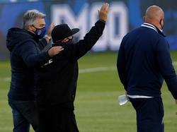 Diego Maradona (in der Mitte mit schwarzer Kappe) hat die Operation gut überstanden