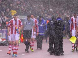 Wegen heftigen Regens hat Referee Mark Clattenburg die League-Cup-Partie Stoke gegen Man Utd kurz unterbrechen müssen