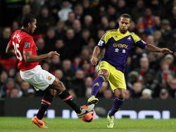 Wayne Routledge (r.), hier im Zweikampf mit Antonio Valencia, hat durch seinen Treffer zum 1:0 großen Anteil am 2:1-Sieg Swanseas im FA-Cup 2013/14 über Manchester United. (05.01.2014)