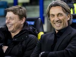 Jon Dahl Tomasson (l.) en Rob Maas (r.) hebben veel plezier op de bank bij Vitesse tijdens de wedstrijd tegen PEC Zwolle. (27-01-2016)