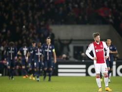 Ajax-middenvelder Lasse Schöne heeft er de pee in als Paris Saint-Germain op voorsprong is gekomen in de Champions League-confrontatie. (25-11-2014)