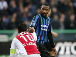 Club Brugge-speler Stefano Denswil (r.) helpt Igor de Camargo (l.) van Standard Luik met opstaan. (06-04-2015)
