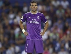 Pepe staat even uit te rusten tijdens het competitieduel RSC Espanyol - Real Madrid (18-09-2016).