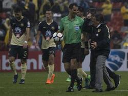 Miguel Herrera se queja del partido junto al árbitro tras el final. (Foto: Getty)