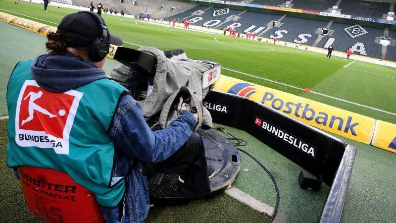 Auch für die Teams der TV-Sender würden bei möglichen Geisterspielen strenge Hygienemaßnahmen gelten