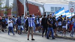 Aficionados del Deportivo de la Coruña en los exteriores de Riazor.