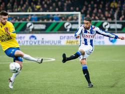 Caner Çavlan (r.) geeft een voorzet tijdens het competitieduel SC Cambuur - sc Heerenveen. (31-01-2016)