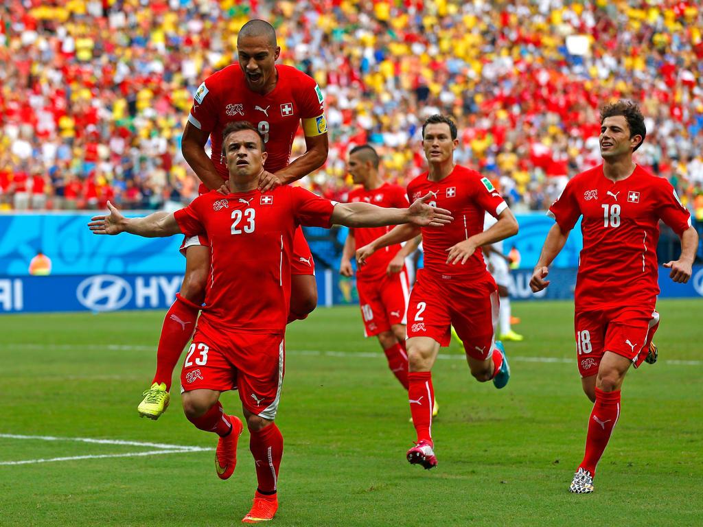 Xherdan Shaqiri (l.) traf dreifach für die Schweiz gegen Honduras