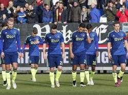 De spelers van Ajax druipen af na het gelijkspel tegen Willem II in Tilburg. Ajax komt niet verder dan 1-1. (22-02-2015)