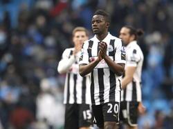 Gaël Bigirimana bedankt het publiek na de wedstrijd Manchester City - Newcastle United. (30-03-2013)