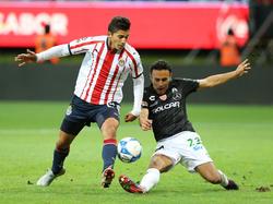 Ángel Zaldívar (izq.) hizo el gol del triunfo para las 'Chivas'.  (Foto: Getty)