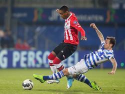 Pablo Rosario (l.) probeert een tackle van Robert Klaasen (r.) te ontwijken tijdens het competitieduel De Graafschap - Jong PSV (31-03-2017).