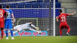 Kölns Mark Uth (r.) scheiterte mit einem Elfmeter an Hoffenheims Keeper Oliver Baumann